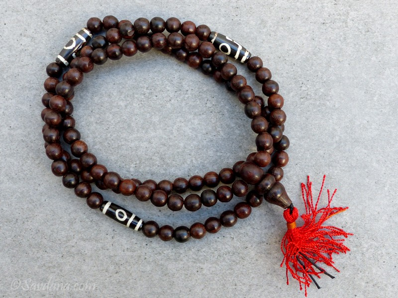 https://www.savdana.com/10457-thickbox_default/mala119-mala-de-prieres-tibetain-bois-perles-dzi.jpg