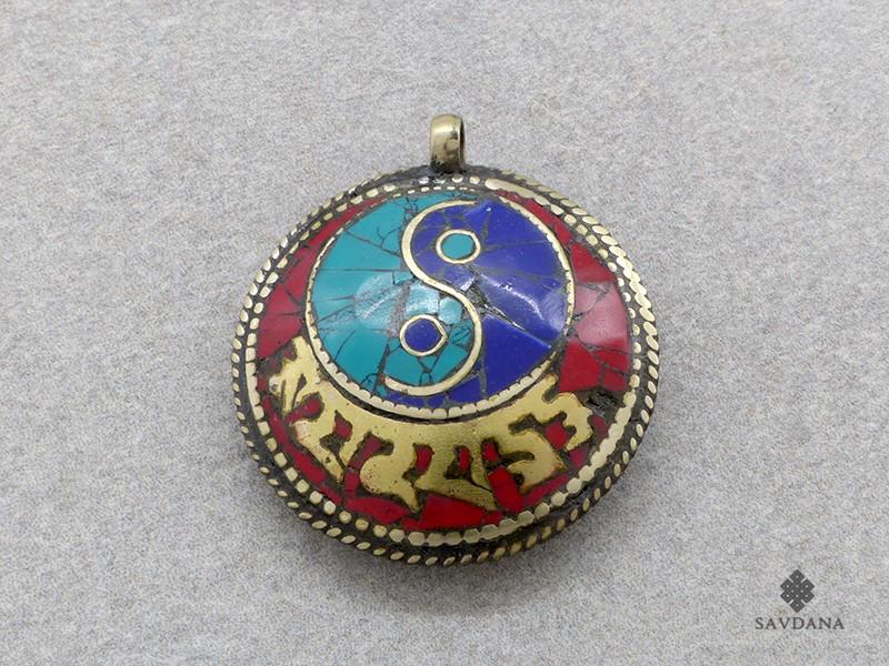 https://www.savdana.com/17520-thickbox_default/p74-pendentif-tibetain-mantra-yeux-de-bouddha-yin-yang.jpg