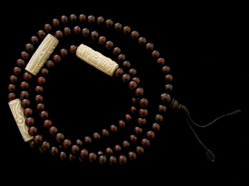 https://www.savdana.com/1803-thickbox_default/mala77-mala-de-prieres-tibetain-bois-de-rose-mantra-yeux-de-bouddha.jpg