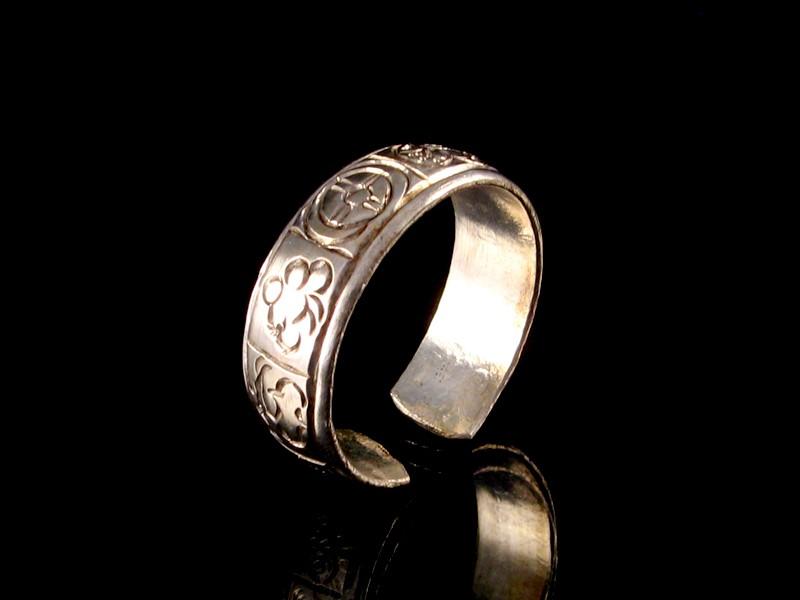 https://www.savdana.com/2880-thickbox_default/bgd58-bague-tibetaine-metal-argente-signes-auspicieux.jpg