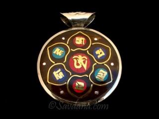 P73 Pendentif Tibétain Om Mantra Yeux de Bouddha Noeud Sans Fin