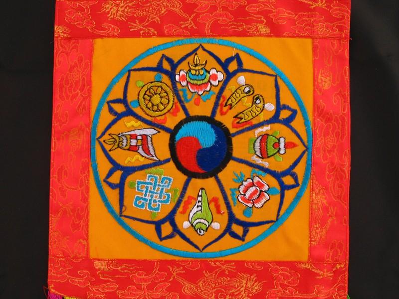 https://www.savdana.com/7111-thickbox_default/bb93-banniere-tibetaine-signes-auspicieux-du-bouddhisme.jpg