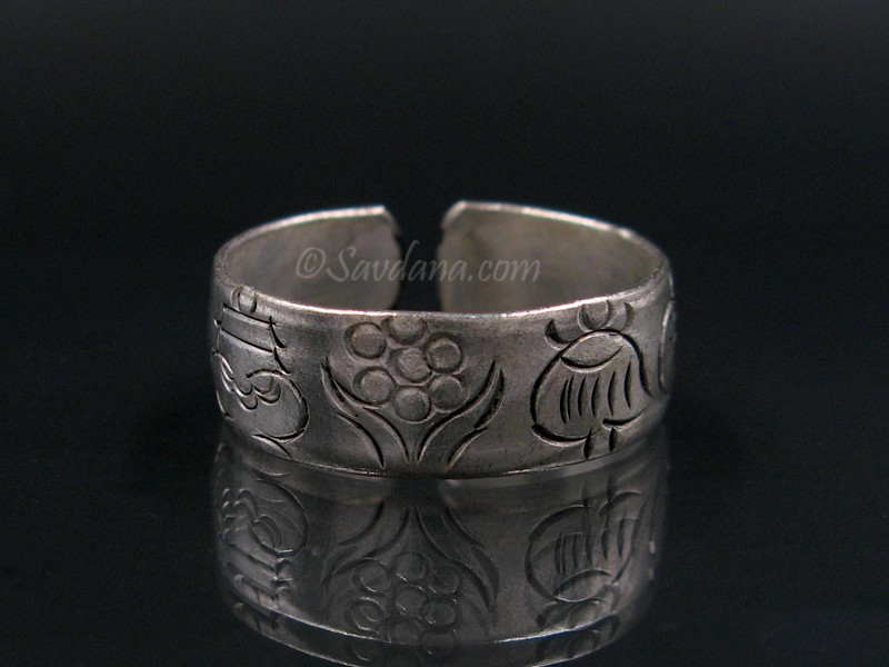 https://www.savdana.com/8665-thickbox_default/bgd106-bague-tibetaine-metal-argente-signes-auspicieux.jpg